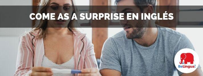 Come as a surprise en inglés